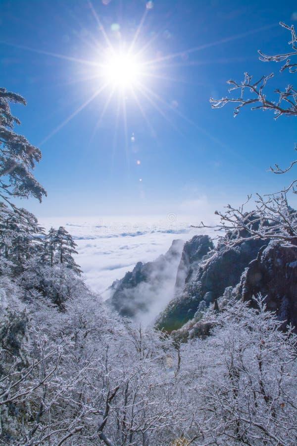 Βουνό Huang μετά από το χιόνι το χειμώνα με την ηλιοφάνεια στοκ φωτογραφίες με δικαίωμα ελεύθερης χρήσης