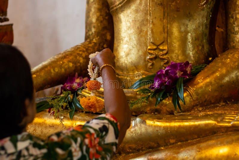Βουδιστική λατρεία με το τιμόνι και το λουλούδι στο ναό στοκ εικόνες