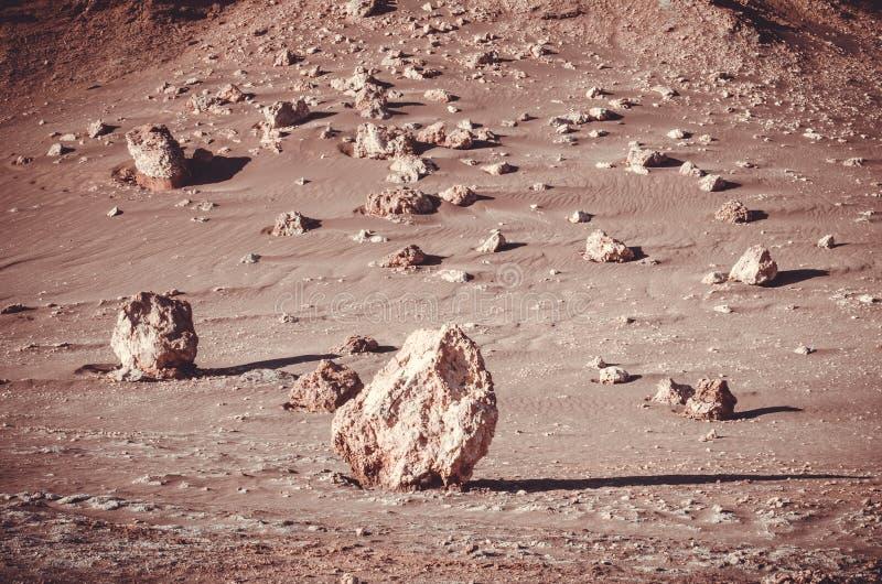 Βράχοι που στέκονται στους λόφους ερήμων στην έρημο Atacama, Χιλή στοκ φωτογραφία με δικαίωμα ελεύθερης χρήσης