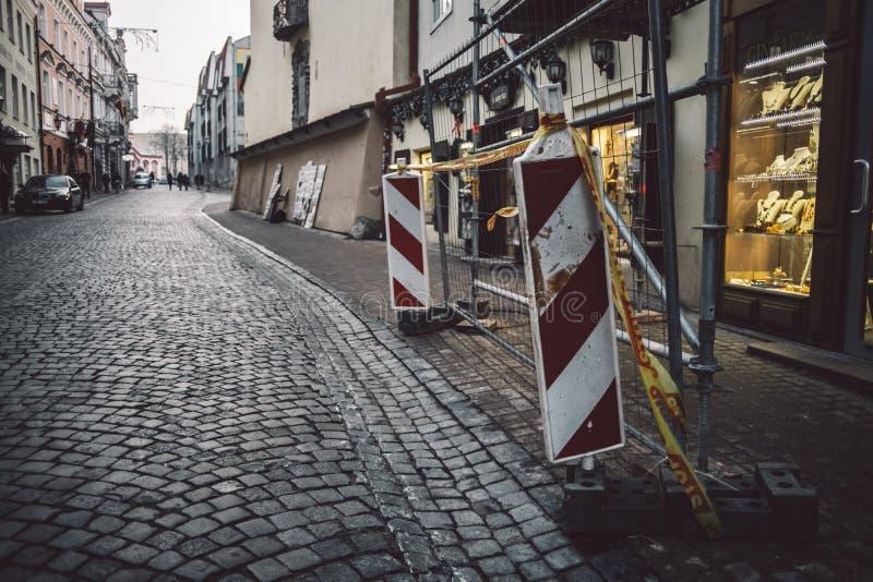 Βρώμικη αλλά μοντέρνη και άνετη παλαιά πόλης οδός σε Vilnius στοκ φωτογραφία με δικαίωμα ελεύθερης χρήσης