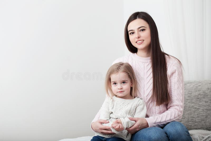 Γέλιο μητέρων και κορών μαζί στο σπίτι στοκ φωτογραφίες