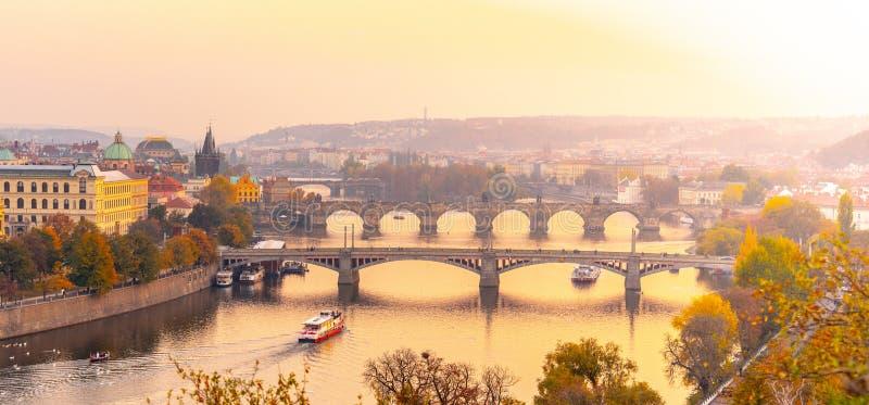 Γέφυρες της Πράγας πέρα από τον ποταμό Vltava το βράδυ, Πράγα, Δημοκρατία της Τσεχίας στοκ εικόνες