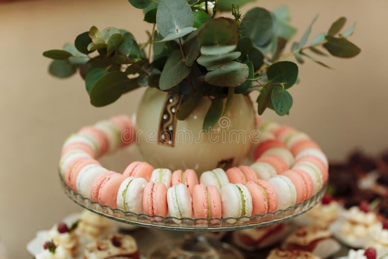 γαλλικά macaroons Φραγμός καραμελών Γαμήλια γλυκά γαμήλιας γιορτής στοκ φωτογραφία με δικαίωμα ελεύθερης χρήσης