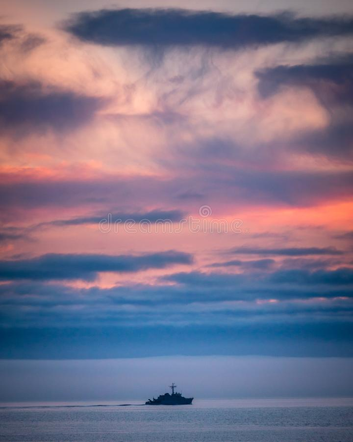 Γαλλική βάρκα πολεμικού στρατού στο ηλιοβασίλεμα στη Βρετάνη στοκ εικόνες