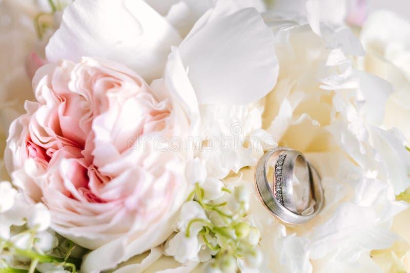 Γαμήλια ανθοδέσμη με τα δαχτυλίδια στην κορυφή από τη τοπ άποψη στοκ φωτογραφία με δικαίωμα ελεύθερης χρήσης
