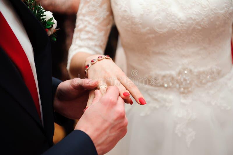 Γαμήλιες λεπτομέρειες - γαμήλια δαχτυλίδια ως σύμβολο της ευτυχισμένης ζωής στοκ εικόνα