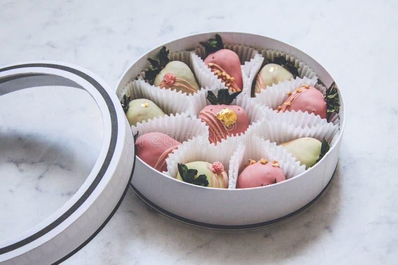 Γαστρονομικές καλυμμένες σοκολάτα φράουλες σε ένα στρογγυλό κιβώτιο δώρων στοκ εικόνα