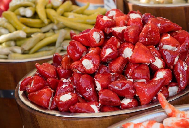 Γεμισμένα κόκκινα πιπέρια για την πώληση στην αγορά του αγρότη, χορτοφάγος οργανική τροφή στοκ φωτογραφίες με δικαίωμα ελεύθερης χρήσης