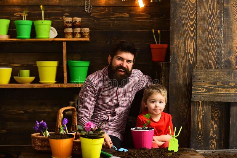 Γενειοφόρος φύση αγάπης παιδιών ατόμων και μικρών παιδιών ευτυχείς κηπουροί με τα λουλούδια άνοιξη Πότισμα προσοχής λουλουδιών Χώ στοκ εικόνες με δικαίωμα ελεύθερης χρήσης