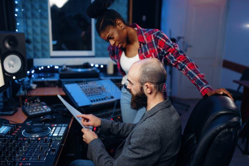 Γενειοφόρος υγιής μηχανικός στο ακουστικό στούντιο καταγραφής στοκ φωτογραφία με δικαίωμα ελεύθερης χρήσης