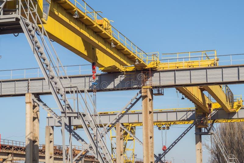 Γερανός σιδηροδρόμων Ακτίνα γερανών σε μια βιομηχανική επιχείρηση στοκ εικόνες