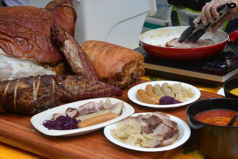 Γερμανικά Hock και λουκάνικο χοιρινού κρέατος στοκ φωτογραφία
