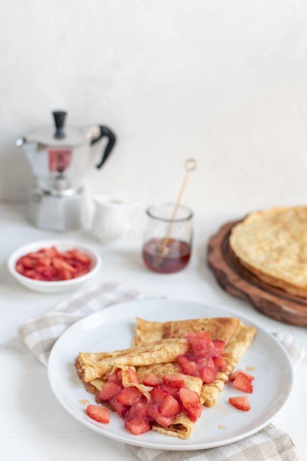 Γεύμα φεστιβάλ maslenitsa Shrovetide, αγροτικό ύφος, ξύλινο υπόβαθρο - παραδοσιακό ρωσικό blini στοκ εικόνες