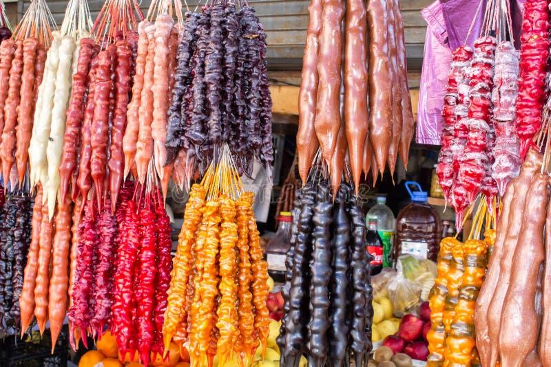 """Γεωργία, τοπική αγορά Πώληση των εθνικών γλυκών από τα σταφύλια και τα καρύδια - """"Churchkhela """", ξηρά - φρούτα στοκ φωτογραφίες"""