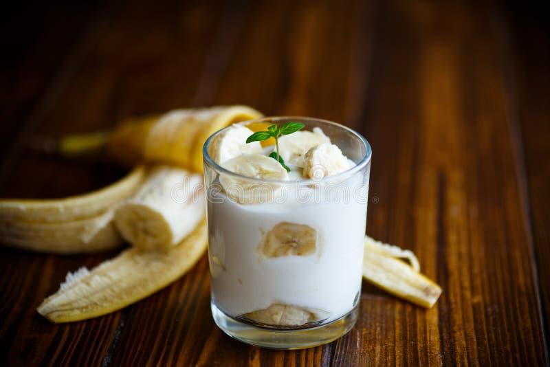 Γιαούρτι με τις μπανάνες στοκ φωτογραφία με δικαίωμα ελεύθερης χρήσης