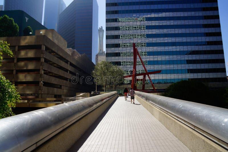 Για τους πεζούς γέφυρα στο Λα κάτω από την πόλη στοκ εικόνα