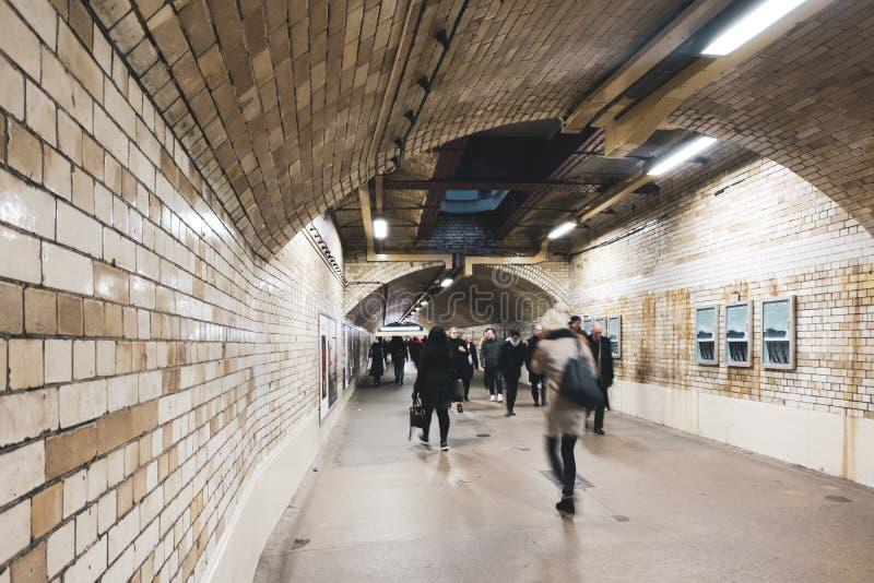 Για τους πεζούς σήραγγα νότιου Kensington στη σύνδεση του Λονδίνου από το σταθμό στα μουσεία Πολυάσχολοι άνθρωποι που περπατούν κ στοκ φωτογραφία με δικαίωμα ελεύθερης χρήσης