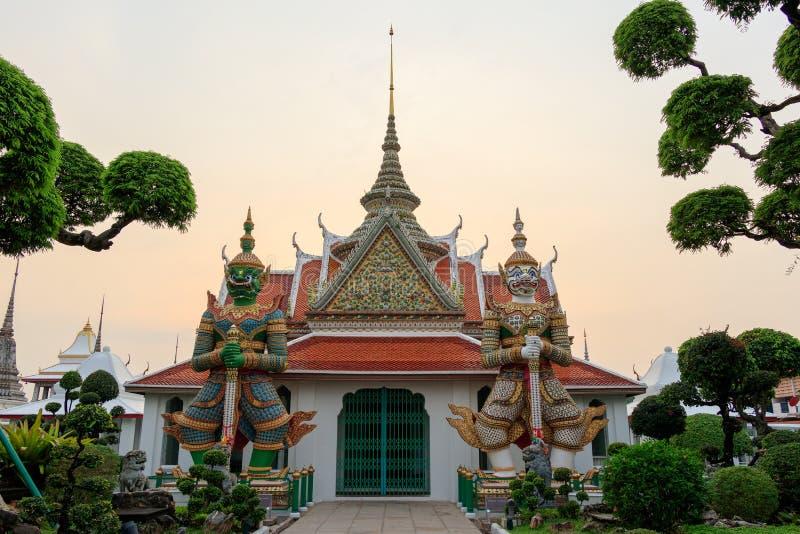 Γιγαντιαίες φρουρές στο ναό της Μπανγκόκ, Ταϊλάνδη στοκ εικόνες