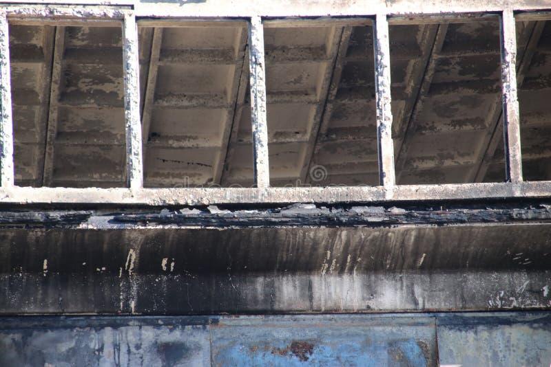 Γκαράζ που καταστρέφεται από την πυρκαγιά στο Melkwegstraat στη βιομηχανική ζώνη Binckhorst στη Χάγη τις Κάτω Χώρες στοκ εικόνες