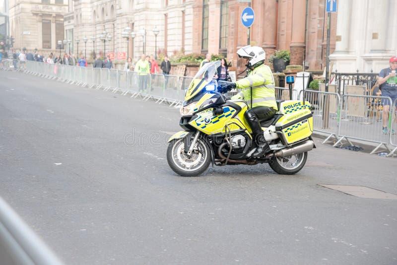 Γλασκώβη, Σκωτία - τον Οκτώβριο του 2016: Αστυνομικός στη μοτοσικλέτα αστυνομίας κατά τη διάρκεια του μισού μαραθωνίου στοκ εικόνες