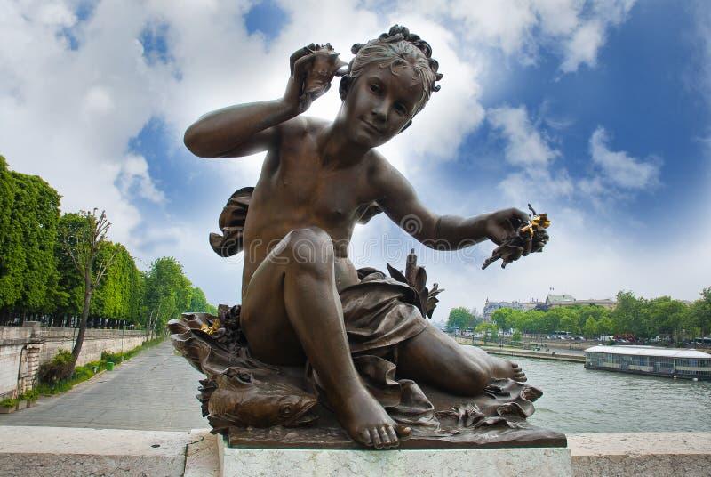 Γλυπτό ενός παιδιού στο Pont Alexandre ΙΙΙ γέφυρα στοκ εικόνες