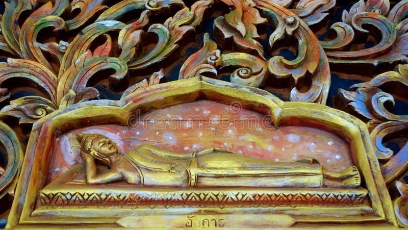 Γλυπτό του Βούδα στον τοίχο του ναού στοκ φωτογραφία