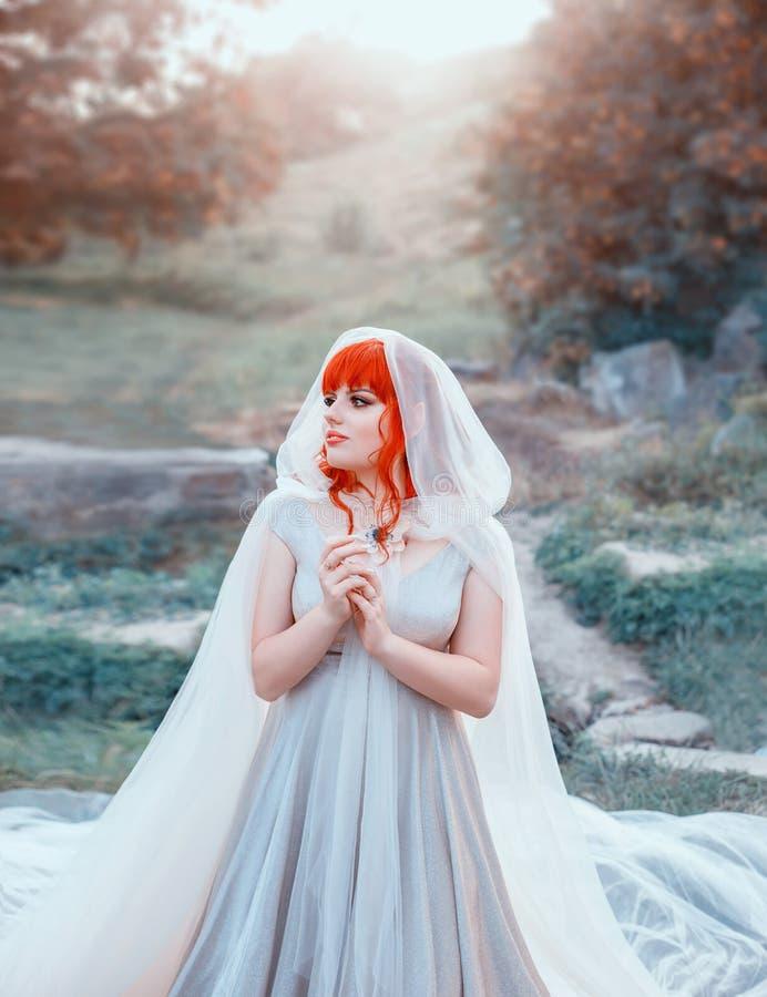 Γοητευτική νύφη νεραιδών που περιμένει το νεόνυμφό της, το κορίτσι με τη φωτεινή πορτοκαλιά tangerine τρίχα και τα κτυπήματα, κυρ στοκ εικόνα