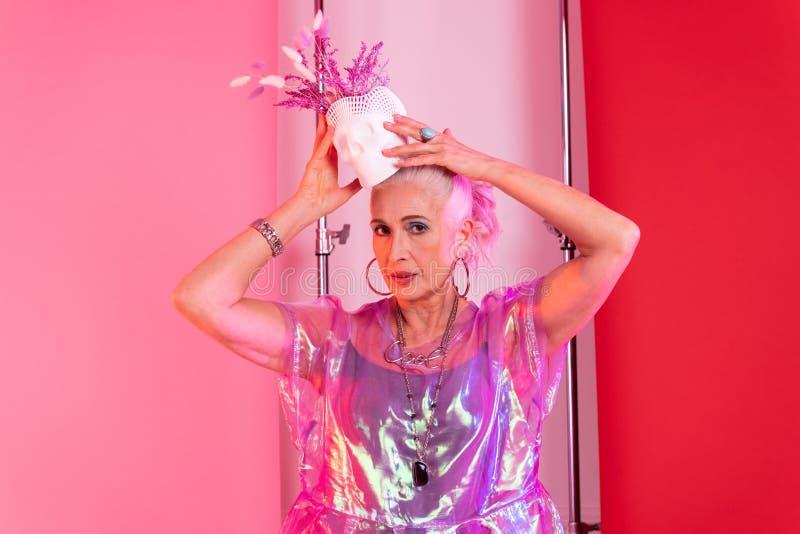 Γοητευτική ξανθή θηλυκή τοποθέτηση προσώπων στη κάμερα στοκ φωτογραφίες