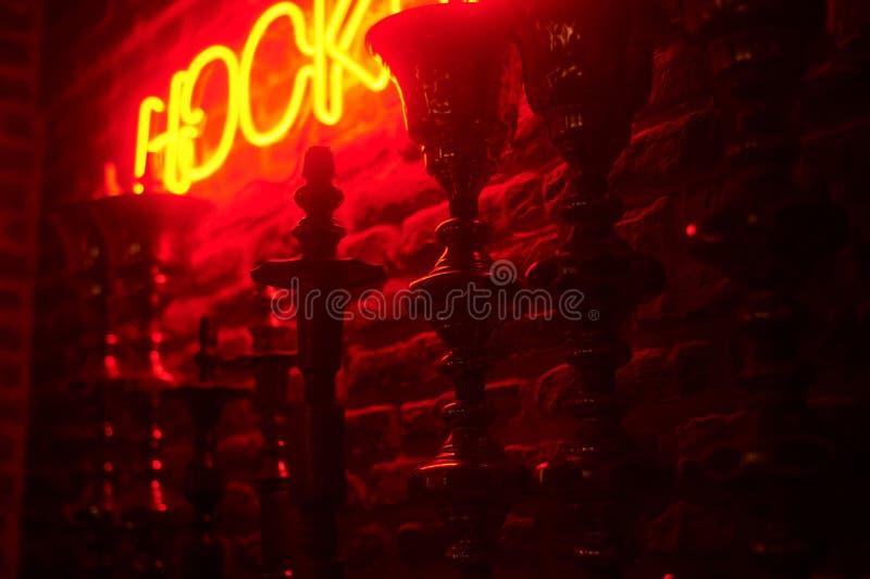 Γραμμή hookas στο υπόβαθρο κόκκινου φωτός Νέο hookah sighnboard στοκ φωτογραφία με δικαίωμα ελεύθερης χρήσης