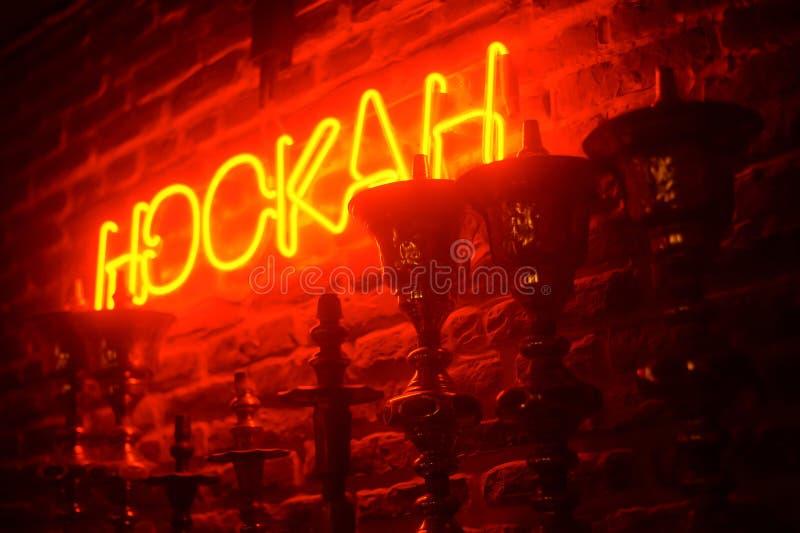 Γραμμή hookas στο υπόβαθρο κόκκινου φωτός Νέο hookah sighnboard στοκ εικόνες
