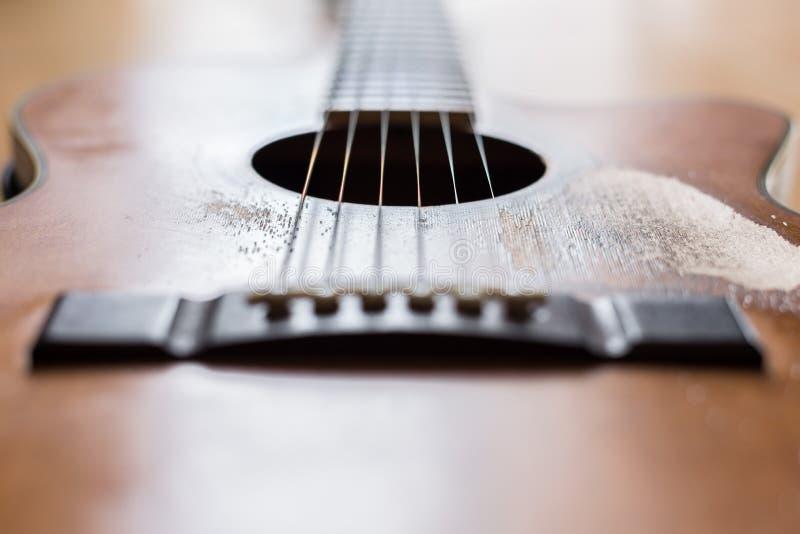 Γρατσουνιές στην παλαιά ακουστική κιθάρα στοκ φωτογραφία με δικαίωμα ελεύθερης χρήσης
