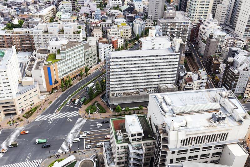 Γραφείο, διαμέρισμα, συγκυριαρχία και σπίτι στην πόλη Ιαπωνία, δρόμος του Τόκιο με το όχημα στοκ εικόνες