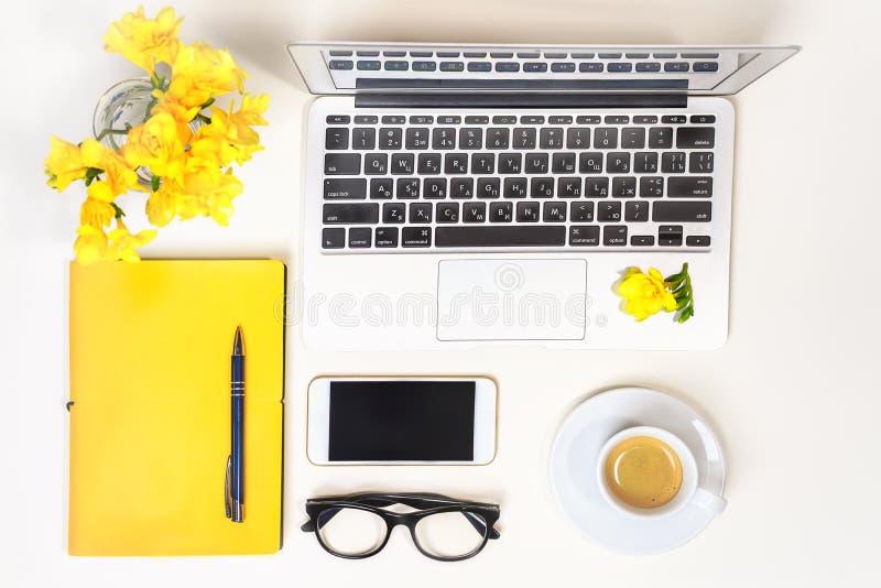 Γραφείο Υπουργείων Εσωτερικών γυναικών Χώρος εργασίας με το lap-top, υπολογιστής, κίτρινο σημειωματάριο, γυαλιά μόδας, φλιτζάνι τ στοκ εικόνες