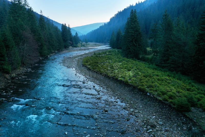 Γραφική κινηματογράφηση σε πρώτο πλάνο ποταμών βουνών Καρπάθια κορυφαία όψη βουνών στοκ εικόνα με δικαίωμα ελεύθερης χρήσης