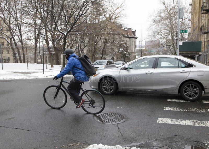 Γύροι ποδηλατών κατά μήκος της κοινότητας Bronx στην εποχή χειμερινού χιονιού στοκ φωτογραφίες