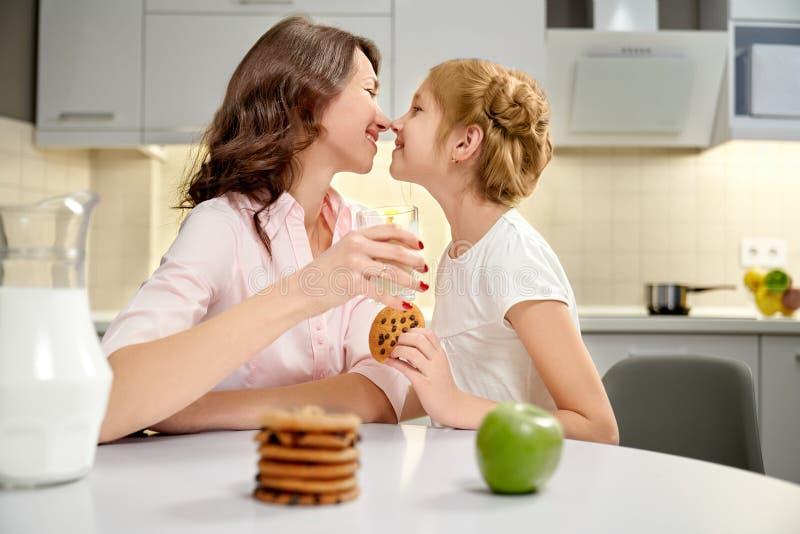 Γυαλί γάλακτος εκμετάλλευσης μητέρων και κορών, amerian μπισκότα στοκ εικόνες