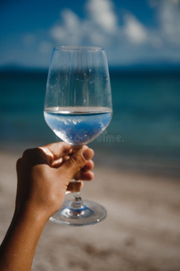 Γυαλί κρασιού στο υπόβαθρο θάλασσας στοκ εικόνες