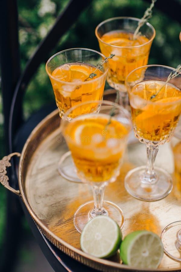 Γυαλιά γαμήλιου κρασιού για μια υποδοχή μπουφέδων στοκ φωτογραφία με δικαίωμα ελεύθερης χρήσης