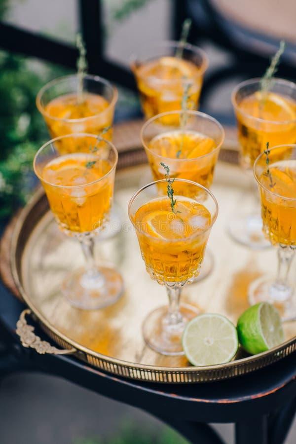 Γυαλιά γαμήλιου κρασιού για μια υποδοχή μπουφέδων στοκ φωτογραφίες