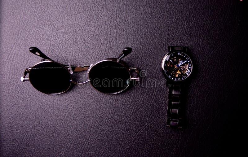 γυαλιά και ρολόι στο ύφος του steampunk σε ένα μαύρο υπόβαθρο στοκ φωτογραφίες με δικαίωμα ελεύθερης χρήσης