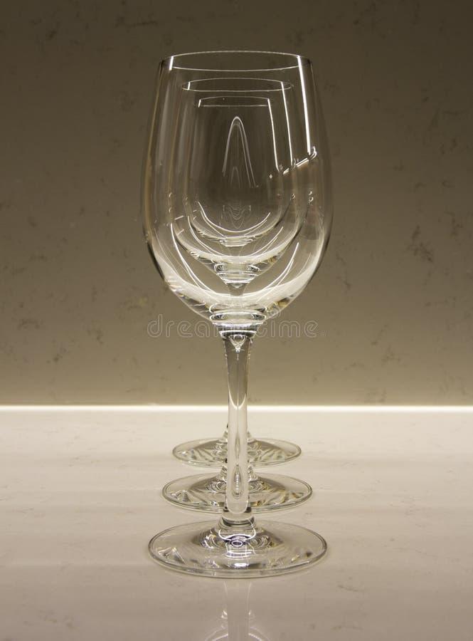 Γυαλιά κρασιού σε μια σειρά που δημιουργεί μια οπτική επίδραση στοκ φωτογραφία με δικαίωμα ελεύθερης χρήσης