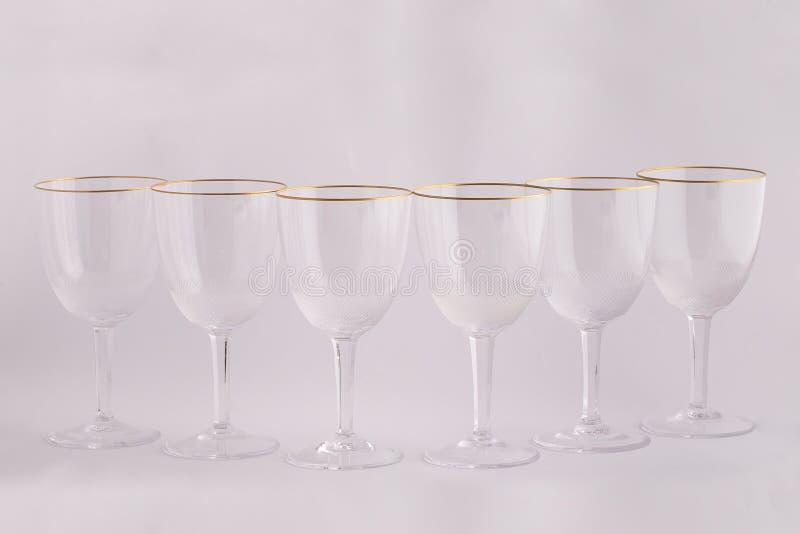 Γυαλιά Stemware για τα ποτά φιαγμένα από τσεχικό γυαλί με τις χρυσές γραμμές που απομονώνονται σε ένα άσπρο υπόβαθρο στοκ εικόνες