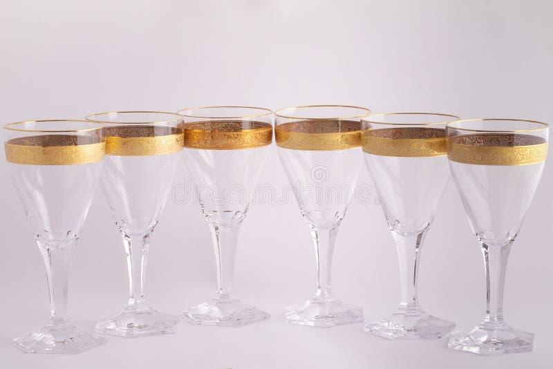Γυαλιά Stemware φιαγμένα από τσεχικό γυαλί με μια χρυσή διακόσμηση που απομονώνεται σε ένα άσπρο υπόβαθρο στοκ φωτογραφία