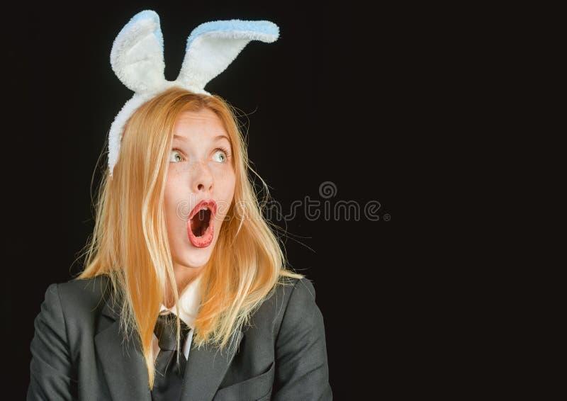 Γυναίκα λαγουδάκι Πάσχα ευτυχές Πορτρέτο μιας ευτυχούς γυναίκας στο κλείσιμο του ματιού αυτιών λαγουδάκι Γυναίκα λαγουδάκι Πάσχας στοκ φωτογραφία με δικαίωμα ελεύθερης χρήσης