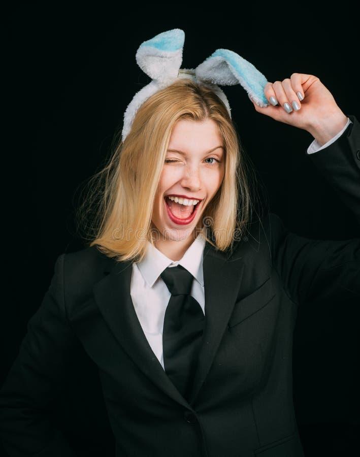Γυναίκα στο κλείσιμο του ματιού αυτιών λαγουδάκι Κινηματογράφηση σε πρώτο πλάνο που κλείνει το μάτι του προσώπου κοριτσιών λαγουδ στοκ εικόνες με δικαίωμα ελεύθερης χρήσης