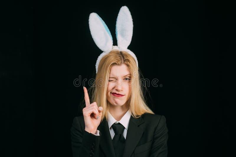Γυναίκα στο κλείσιμο του ματιού αυτιών λαγουδάκι Πάσχα ευτυχές Γυναίκα μασκών λαγουδάκι Γυναίκα κουνελιών που φορά τα αυτιά Προκλ στοκ φωτογραφία με δικαίωμα ελεύθερης χρήσης