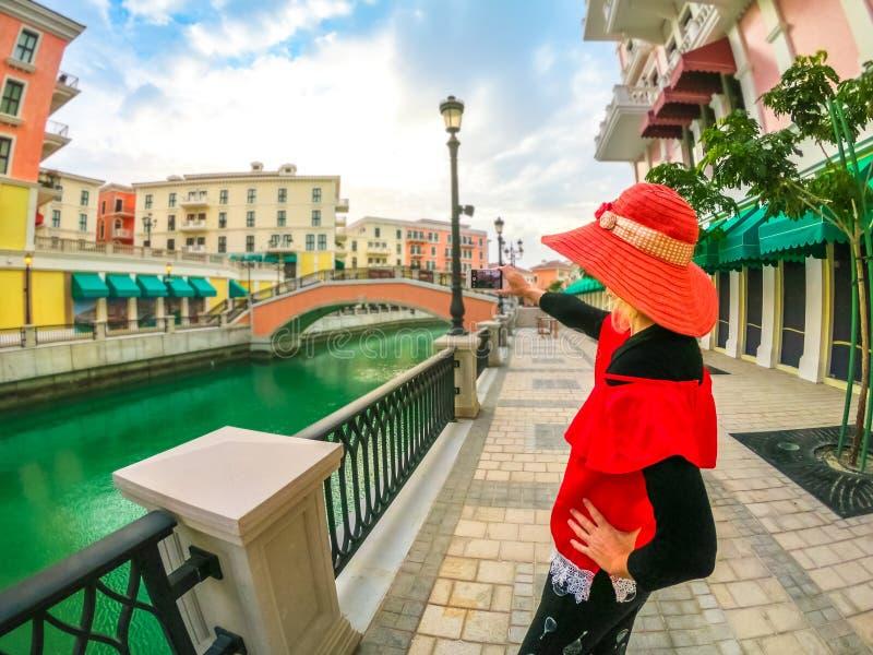 Γυναίκα φωτογράφων στη Βενετία Doha στοκ φωτογραφία με δικαίωμα ελεύθερης χρήσης