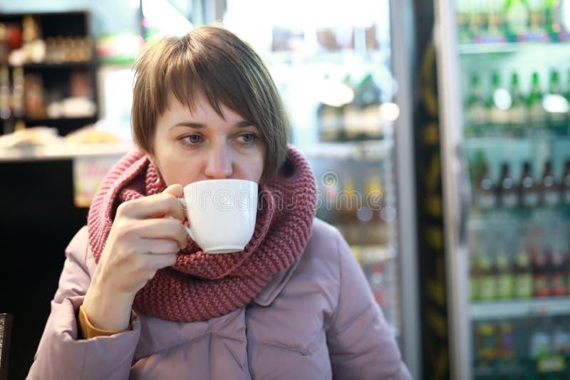 γυναίκα ποτών καφέ στοκ εικόνες
