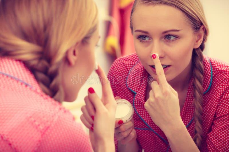 Γυναίκα που εφαρμόζει την ενυδατική κρέμα δερμάτων Skincare στοκ εικόνα με δικαίωμα ελεύθερης χρήσης