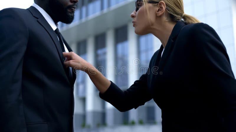 Γυναίκα που επιπλήττει τον αφροαμερικανό υπάλληλο, φυλετική διάκριση στον εργασιακό χώρο στοκ φωτογραφία